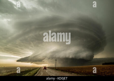 Storm Chaser conduisant à un orage supercellulaire qui a produit trois tornades et est sur le point de produire un quatrième, Leoti, Kansas, États-Unis