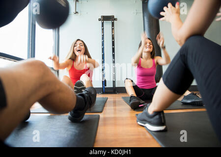 l 39 homme dans la salle de sport l 39 exercice de ses jambes faisant cardio training sur location. Black Bedroom Furniture Sets. Home Design Ideas