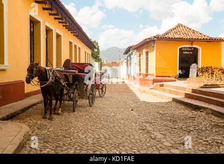 Cheval et panier sur les rues pavées, Trinidad, Sancti Spíritus, Cuba, Caraïbes Banque D'Images