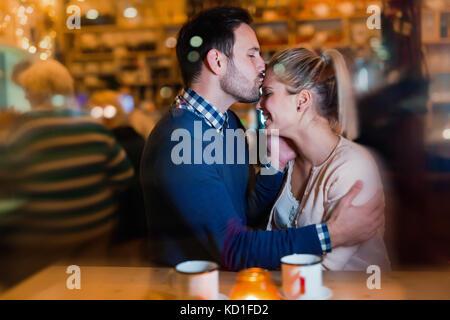 Heureux couple au bar et avoir ce jour Banque D'Images
