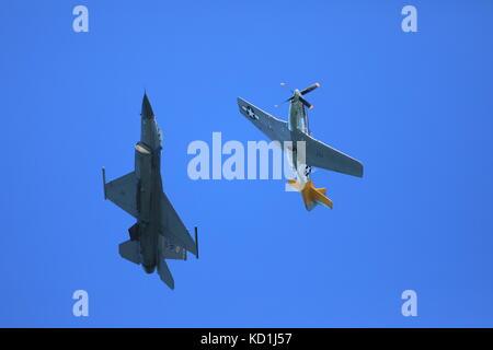 F-16 et P-51 avions de voler ensemble à san francisco fleet week airshow, anciens et nouveaux
