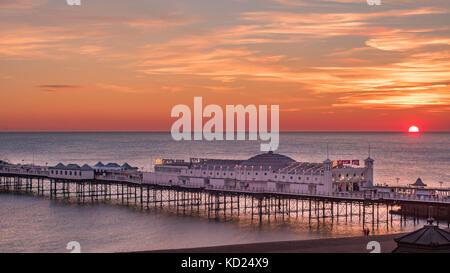 Vue d'un coucher de soleil sur la plage de Brighton Banque D'Images