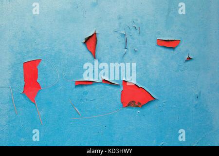 L'écaillage de la peinture rouge sur bleu texture background Banque D'Images