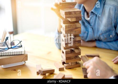 L'homme et la femme jouer jouet des matériaux de bois pour bloquer la pensée et l'activité de développer