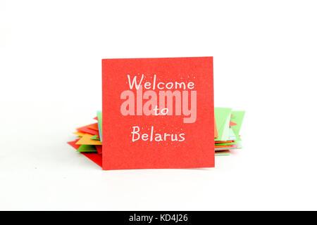 Photo d'une note rouge papier avec texte bienvenue au Bélarus Banque D'Images