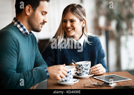 Belle jeune couple having coffee shop en date Banque D'Images