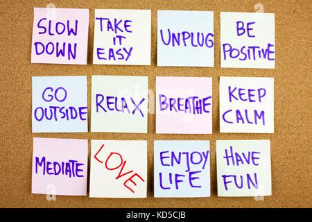 Un post-it jaune écrit, légende, inscription ralentir, prendre facile ir être positif rendez vous détendre à l'extérieur Banque D'Images