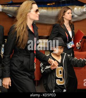 Miami, Floride - 07 février: brad pitt, angelina jolie et son fils Maddox arrivent à sunlife Stadium pour le Super Banque D'Images