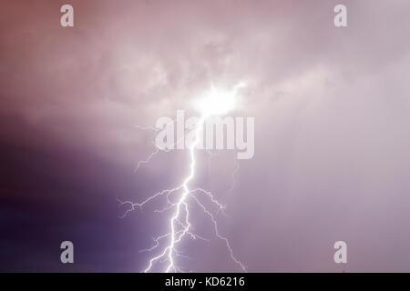 Orage foudre sur le fond de ciel nuageux pourpre sombre dans la nuit Banque D'Images