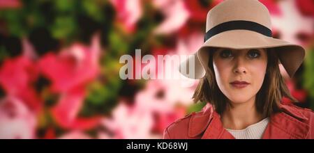 Close-up portrait of woman in hat contre les feuilles d'érable tombé sur l'herbe Banque D'Images