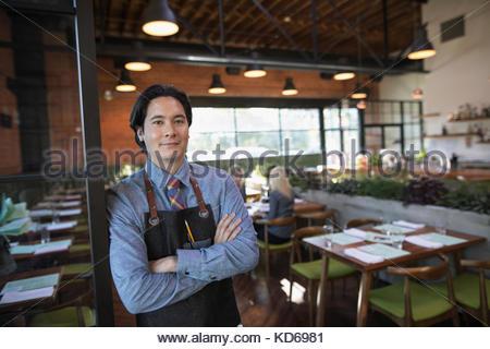 Portrait homme confiant server in restaurant Banque D'Images