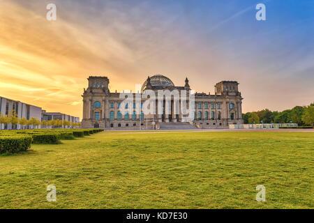 Lever du soleil sur les toits de la ville de Berlin au Reichstag (Parlement allemand), Berlin, Allemagne Banque D'Images