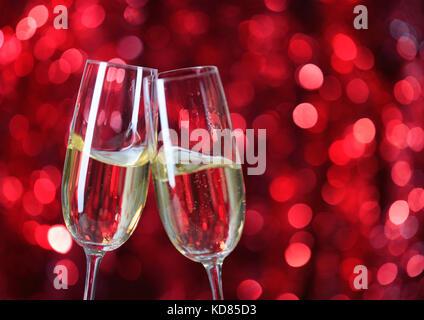Deux verres de champagne avec des lumières à l'arrière-plan. très faible profondeur de champ au point sélective. Banque D'Images
