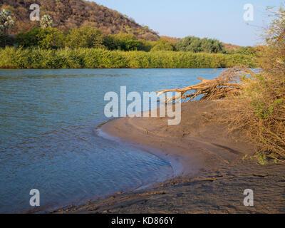 Vue paysage sur la magnifique rivière Kunene qui sépare la Namibie et l'Angola, l'Afrique australe.