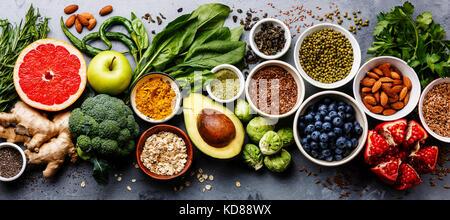 L'alimentation saine manger propre sélection: fruits, légumes, graines, superfood, céréales, légumes feuilles sur Banque D'Images