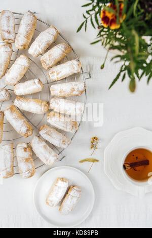Cookies turc farci de pomme et cannelle sur une grille de refroidissement sur un fond blanc photographié en vue Banque D'Images