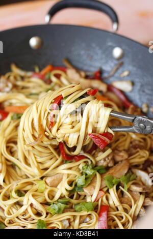 Plat de nouilles légumes wok en prêt à servir, avec pâtes nouilles roulées autour d'picker Banque D'Images