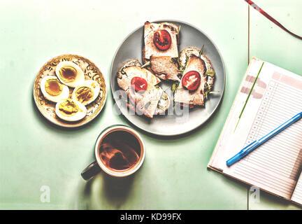 Petit déjeuner sain. jeunes épinards frais feuilles. Ingrédients pour salade d'épinards avec des oeufs de cailles Banque D'Images