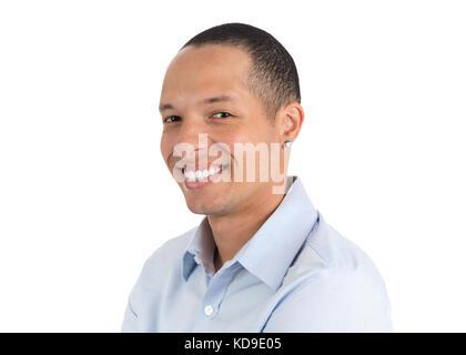 Profil de visage d'un jeune homme souriant. personne isolée sur fond blanc, il porte le bleu clair chemise sociale. Banque D'Images