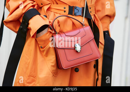 ... Milan Fashion Week stree  Milan - 21 septembre   Femme avec sac bulgari  rouge et orange trench coat avant fendi d27f7ecbc07