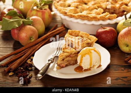 Morceau d'une tarte aux pommes avec de la glace sur une plaque