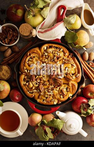 Cannelle aux pommes, caramel et pacanes Banque D'Images