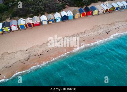 Vue aérienne des cabanes de plage de Brighton Beach, Melbourne, Victoria, Australie Banque D'Images