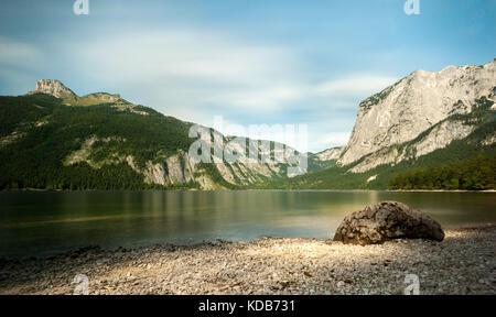 Altausseer voir en été sur une journée ensoleillée, la plage de gravier et de pierres Banque D'Images