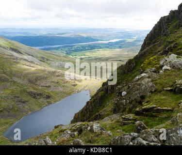 Vue depuis le haut de l'ancien homme de Coniston avec de l'eau de chèvre au pied de la chute. Banque D'Images