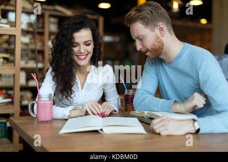 De jeunes étudiants de passer du temps dans la lecture de livres café Banque D'Images