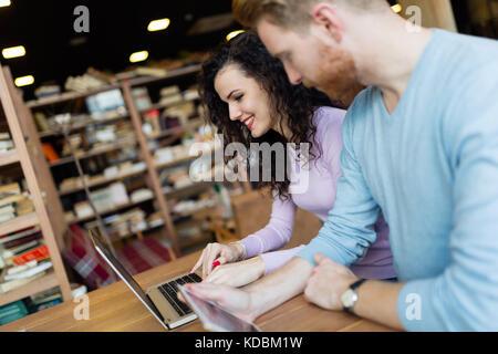Couple heureux de passer du temps au café working on laptop Banque D'Images