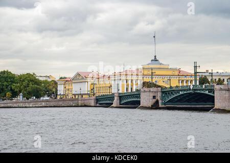 Le palace bridge et le bâtiment de l'amirauté, l'actuel siège de la marine russe, vu de la pointe de l'île Vassilievski Banque D'Images