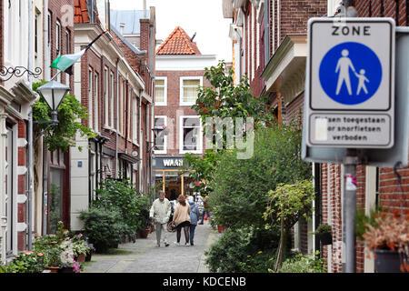 Une zone piétonne 'bleu' signe indique une rue de Haarlem, Hollande du Nord, aux Pays-Bas. Banque D'Images