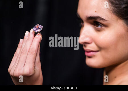 Londres, Royaume-Uni. 13 Oct, 2017. 'Le Raj Pink', le plus grand diamant rose intense fantaisie connue, pesant 37,30 Banque D'Images