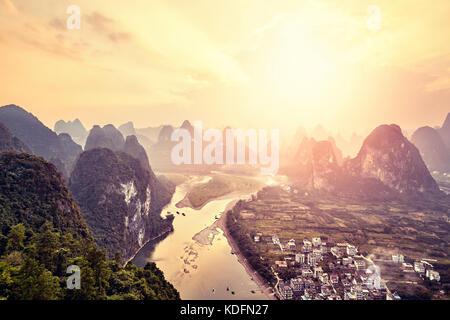 Rivière lijiang au coucher du soleil vu de xingping vue village, situé à 63 km de Guilin et à 25 km de Yangshuo, Banque D'Images