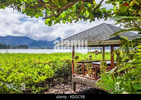 La province de Trat, Thaïlande, Koh Chang Island dans le golfe de Thaïlande, plage idyllique pavillon au Chai Chet Banque D'Images