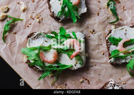 Les sandwiches sur pain de grains de fromage ricotta et de crevettes Banque D'Images