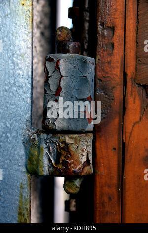 Vieilles et rouillées charnière de porte, close-up de charnière de porte rouillée avec peinture pelée Banque D'Images