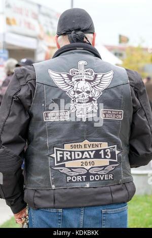50d1ee722de586 ... cuir noir sur un fond blanc  Port Dover, Ontario, Canada, le 13 octobre  2017. Des milliers de motocyclistes