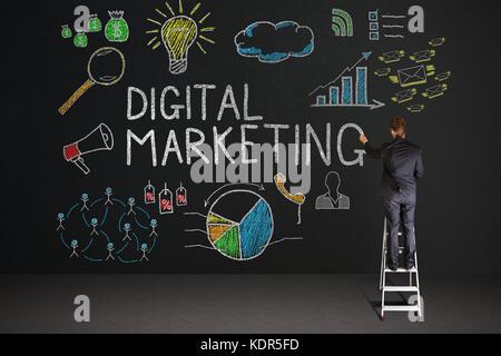 Vue arrière du businessman standing on staircase dessin digital marketing concept sur tableau noir