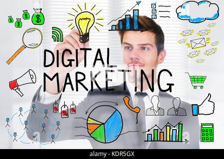 Successful businessman concept marketing numérique dessin sur du verre transparent in office