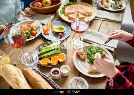 Les personnes bénéficiant de délicieux dîner Banque D'Images