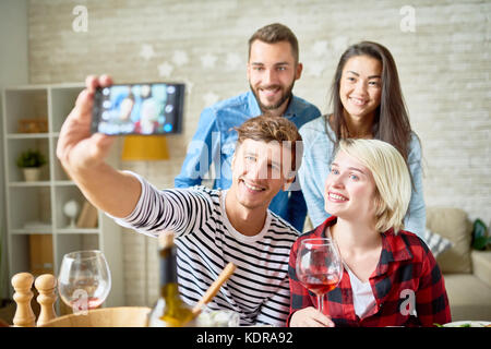 Heureux les jeunes posant pour Selfies Banque D'Images