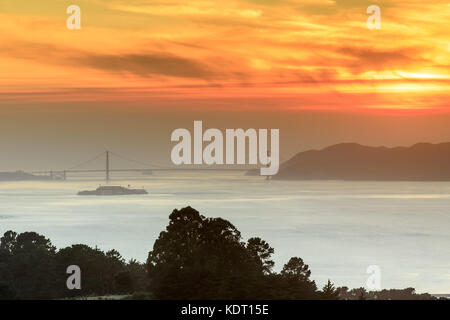 Fiery smoky coucher de soleil sur le golden gate bridge. Banque D'Images