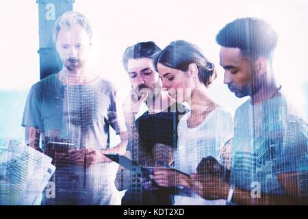 Des hommes d'équipe de projet view sur tablette. Conception de la coopération et de la technologie Banque D'Images