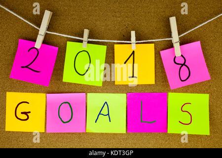 Un post-it jaune poster il écrit, la légende, l'inscription d'objectifs pour l'année 2018 en noir ext à un papillon Banque D'Images