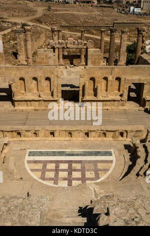 Vue du haut de l'amphithéâtre du théâtre du nord, ville romaine de Jerash, Gérasa antique, site archéologique dans Banque D'Images