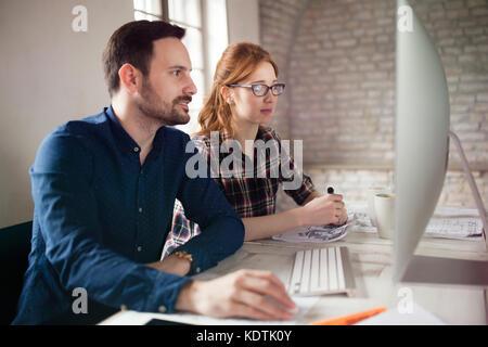Portrait de jeunes designers working on computer Banque D'Images