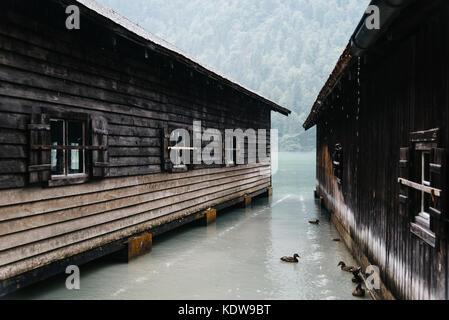Chalets en bois dans un lac Konigssee misty journée d'été Banque D'Images