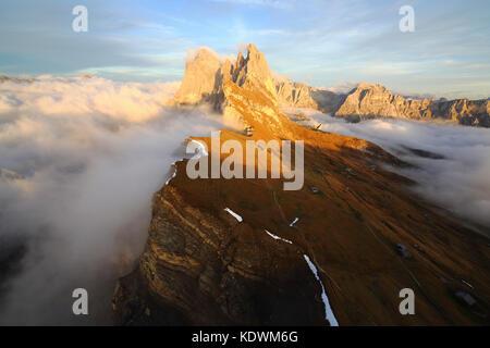 Vue aérienne de seceda de odle entouré par des nuages au coucher du soleil. dolomites val funes Trentin-Haut-Adige Banque D'Images